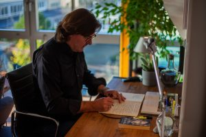 Am Schreibtisch © René Märtin